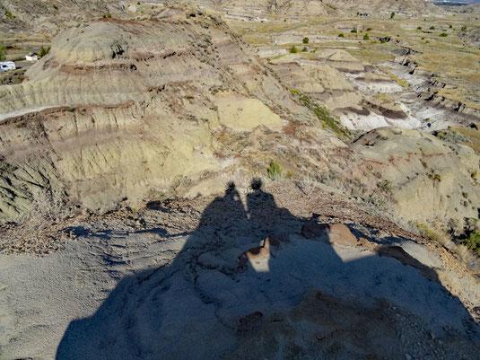 Makoshika SP, Diane Gabriel Trail - auf der Bank und Blick von der Bank auf dem mittleren Hügel