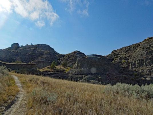 Makoshika SP, Diane Gabriel Trail - man achte auf die Bank ganz oben auf dem mittleren Hügel!