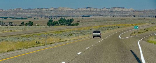 I-94 eine Ausfahrt vor Terry, die dortigen Badlands im Blick