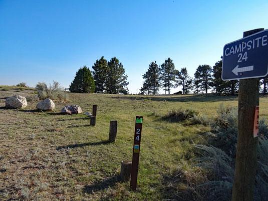 Site 24 - ganz hinten links am grünen Busch die zugehörige Bank-Tisch-Kombi