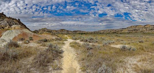 13:41 - auf dem Rückweg, Blick zurück in das weite Tal mit den Prairie Dogs