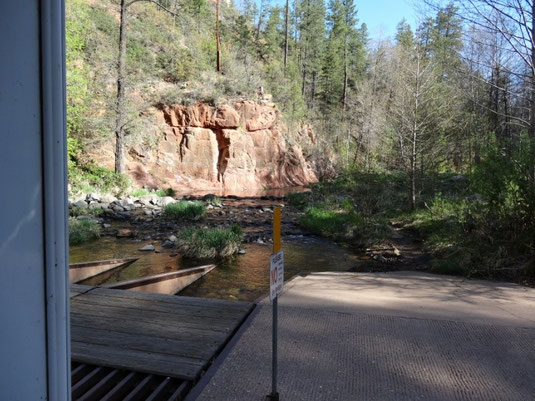 Ausfahrt aus dem Cave Springs Campgrounds im Oak Creek Canyon