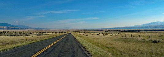 die MT-284 führt mit etwas Abstand östlich am Reservoir entlang