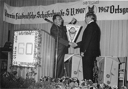 Übergabe des Jubiläumswimpels an Andreas Kohn durch Landeszuchtwart Bazle