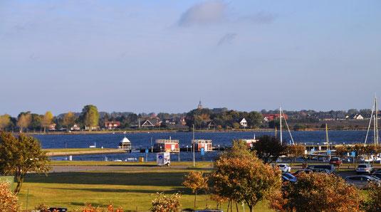 Yachthafen und Blick auf Burg