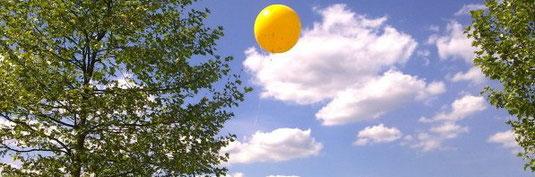 Schachtzeichen 2010 im Ruhrgebiet - gelbe Ballons stehen über´m Revier...