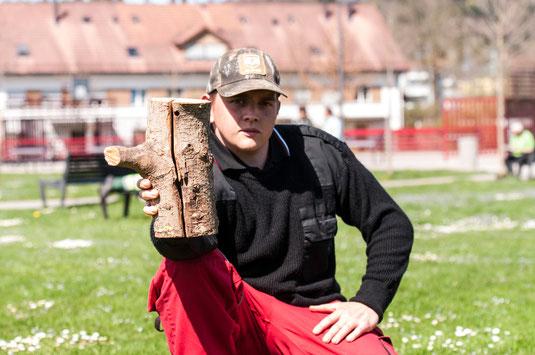 ALB Spürhundeführer Joël Sorg mit befallenem Holz. Foto: Marion Hofer, Verlag Fred & Otto