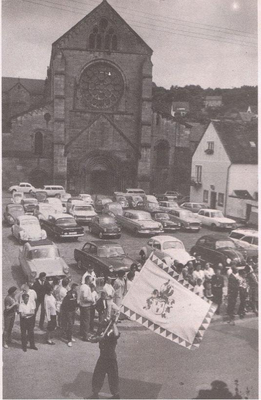 1966,  Kirchplatz als Parkplatz benutzt beim Frühlngsfestumzug 1966. Bild: unbekannt