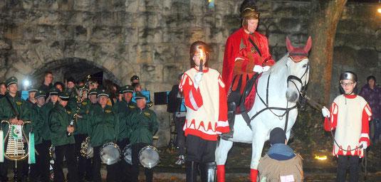 Das hat Tradition: Nach dem Zug durch die Innenstadt wird im Burgtheater die Martinsgeschichte mit der Mantelteilung dargestellt.   Foto: HEIKO KEMPKEN