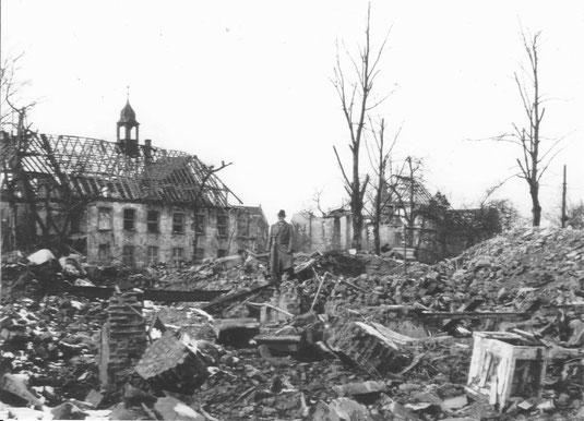 Der zerbombte Voswinkelshof. In der Mitte Professor Rudolf Stampfuß (Verfasser der Stadtgeschichte von Dinslaken 1273 - 1973)
