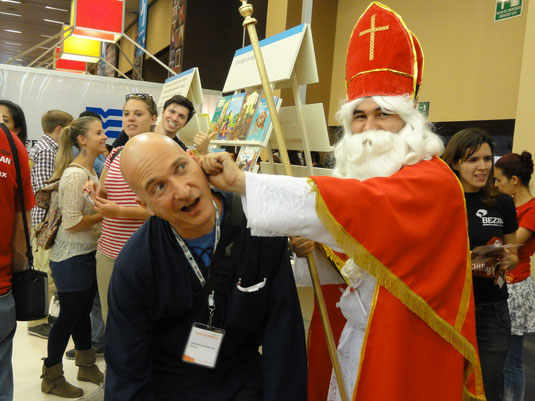 St. Nikolaus jala orejas para mal comportamiento, como aquí en el stand alemán de la FIL en Guadalajara dic. 2013... jajajaja... ojo puede estar en todas partes...