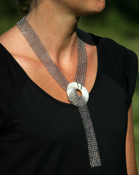 collier chic, intemporel, donut en nacre et cotte de mailles inox