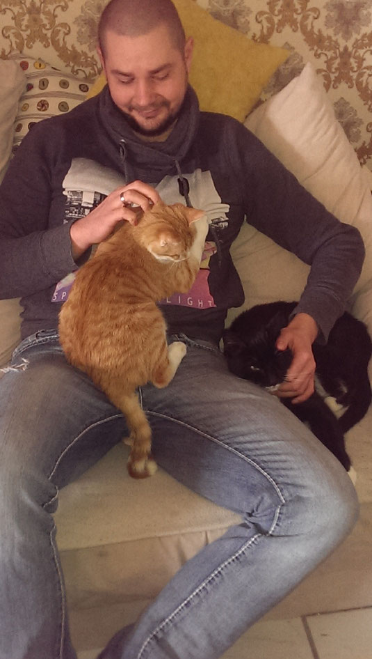 Iris und Hugo. Der schönste Platz zum Schmusen  ist beim Katzenpapa