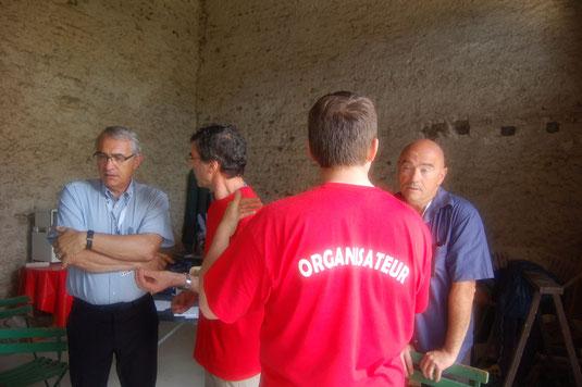 L'équipe informatique en discussion avec P. Bouclet et M. Daumas à propos des problèmes rencontrés.