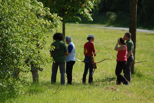 """Arrou, championnat de ligue nature par équipes : officiels et archers essaient les arcs """"chasse"""" et """"droits""""."""