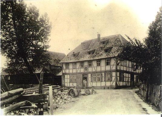 Im Jahre 1842 kauft Heinrich Volger die 1723 erbaute Bruchmühle, die Aufnahme entstand vor 1897, bevor der Mühlentrakt aufgestockt wurde.