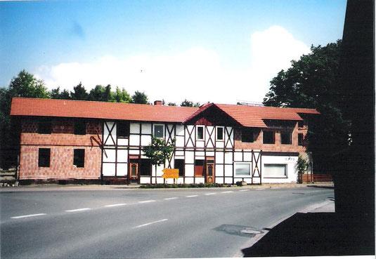 Das Bahnhofsgebäude in Markoldendorf vor dem Abriss Foto vom 26.05.2005