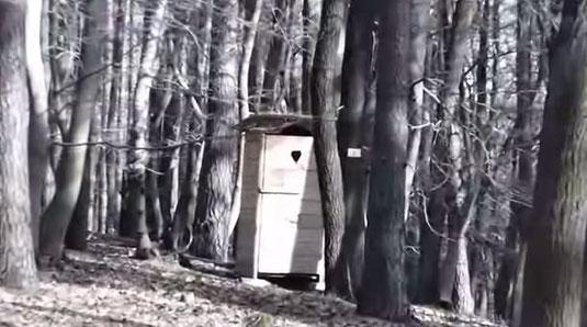 Ein Toilettenhäuschen auf dem Trekkingplatz.