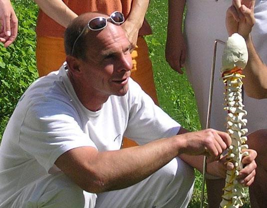 Martin Niedermayr bei Ausbildung in Gartenatmosphäre