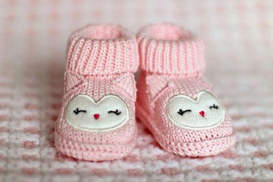 テーブルに並べられた調理器具。レードル、泡だて器、めん棒、フライ返し、鍋つかみ。