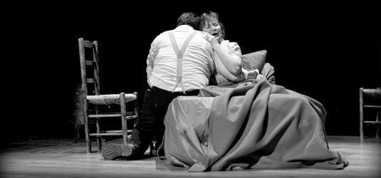 Cécile de Boever et Jérôme Billy lors de la scène de la mort, à l'acte IV de La Bohème