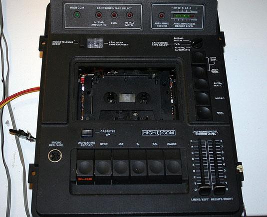Das ausgebaute Kassettendeck aus der Kompaktanlage