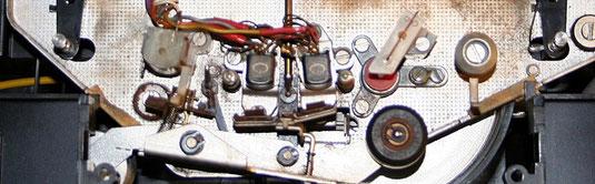 Bandführungen mit Löschkopf, Aufnahmekopf, Wiedergabekopf sowie Capstan und Andruckrolle