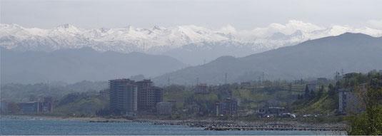 Au fond, la chaîne des montagnes de Karcal Daglari à franchir avant l'Iran