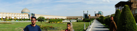 Fanch, Audrey, moi-même et Baptiste le photographe. Découvreurs d'Iran sur la place de Naqsh-e Jaha