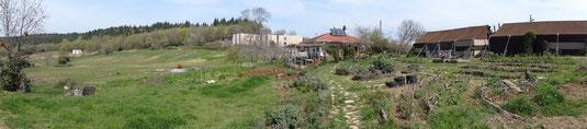 Les champs cultivés / le restaurant / La salle formation-hotel / La maison familiale / Les tentes des volontaires / Le jardin potager