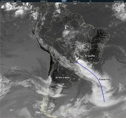 Imagem do satélite GOES-13, do dia 24/09/2014, mostrando uma situação real de uma frente fria ativa, com a faixa de nuvens que vai do Mato Grosso do Sul até o oceano Atlântico. Clique para ampliar.