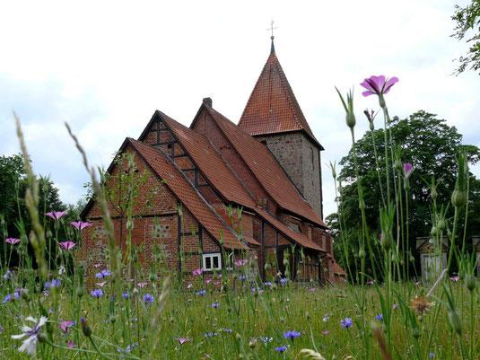 Die wunderschöne Kirchwalseder Kirche mit dem natürlich gestalteten Kirchhof