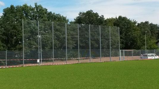 Werbefläche am Zaun des neuen Rasenplatzes