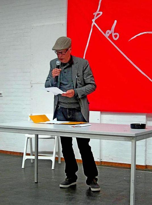 Edzard Dideric leest poëzie voor publiek in Rob Scholte Museum te den Helder 2014..