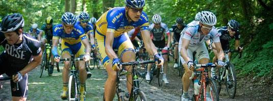 Tetze quält sich mit moralischer Unterstützung von Teamkollegen Martin und trotz Verletzung den Zeisigberg beim Finale der Oderrundfahrt hinauf.