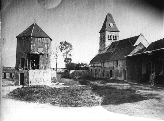 Photo ancienne de la ferme qui appartenait à l'abbaye de Saint-Martin-aux-Bois jusqu'à la Révolution. Le pigeonnier octogonal datant du XVIème siècle a été rénové après la Guerre 14-18.