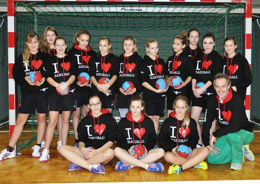 Die Mädchenmannschaft U13 der Handballunion Gföhl mit Trainer Johann Jurcsa. Foto: zVg