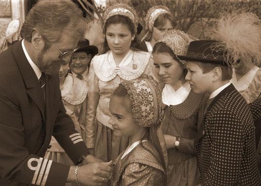 """Diese Woche in den NÖN Kremser Zeitung """"Das historische Foto"""": 1993 fuhr das Schweizer Kabinenschiff MS Swiss Pearl auf seiner Jungefernfahrt auf der Donau die Stadt Dürnstein an und wurde dort herzlichst empfangen. Foto: WaPA"""