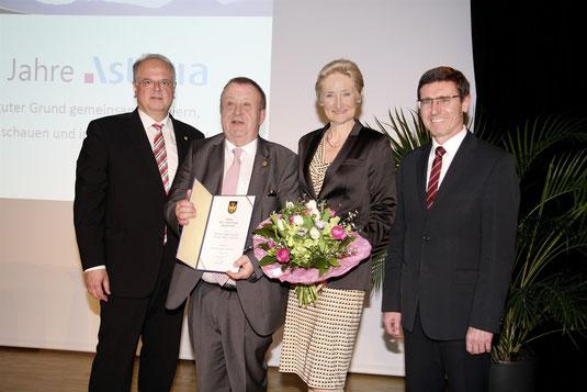Mag. Ferdinand Kwasnitzka, zusammen mit Gattin Maria, Bgm. Reinhard Resch und StR Erwin Krammer. Foto: Stadt Krems
