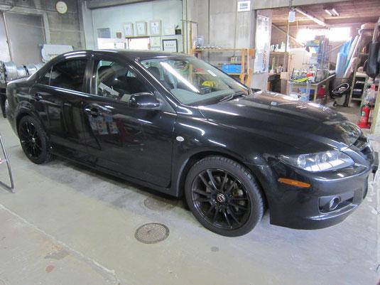 アテンザ(マツダスピード)の社外ブラックアルミホイール(レイズの12本スポーク19インチ)のガリ傷・擦りキズのリペア(修理・修復・再生)後の車両全景写真