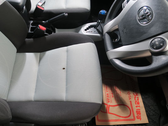 ホンダ・フィットの、運転席シート、座面のタバコ(煙草)焦げ穴(コゲ穴)リペア(修理・修復)前の写真