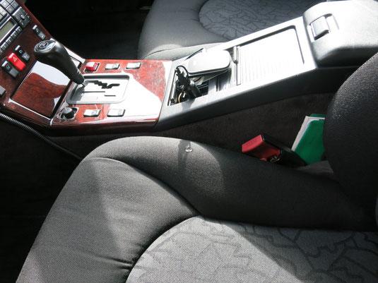 ベンツSL320の、運転席シート(ファブリック)座面の、たばこ焦げ穴リペア(修理・修復)前の座面写真