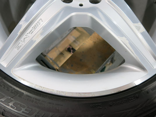 ベンツS550の19インチ純正AMGアルミホイールの、ガリ傷・擦りキズのリペア(修理・修復)前のキズのアップ景写真