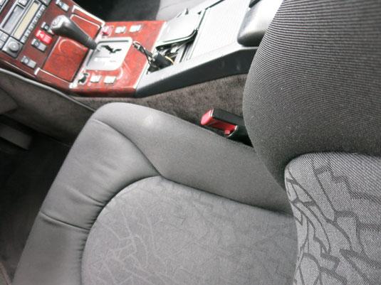 ベンツSL320の、運転席シート(ファブリック)座面の、たばこ焦げ穴リペア(修理・修復)後の座面写真