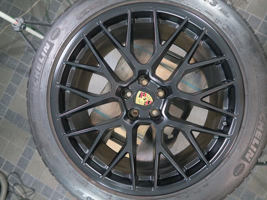 ポルシェ・マカンGTSの純正アルミホイール、艶消し(マット)ブラックのガリ傷・すりキズのリペア(修理・修復)前のホイール写真2