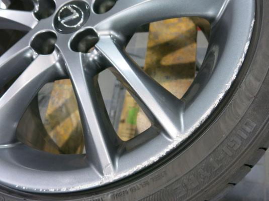 レクサスIS Fスポーツの純正アルミホイールの、ガリキズ・擦り傷のリペア(修理・修復)前のホイールAの傷アップ写真