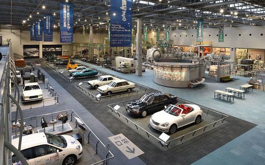 トヨタ産業技術記念館の自動車館の内部写真