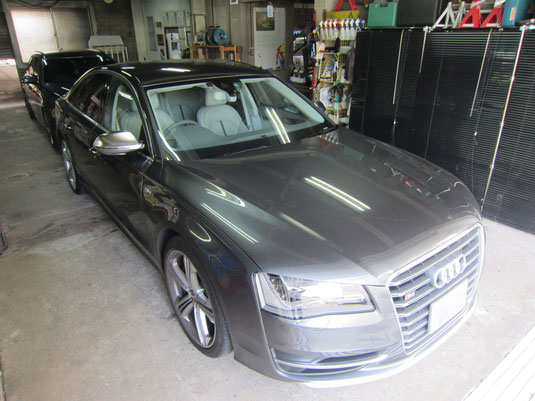 AudiアウディS8 純正21インチアルミホイールのガリ傷・擦りキズのリペア(修理・修復・再生)後、車両全景写真