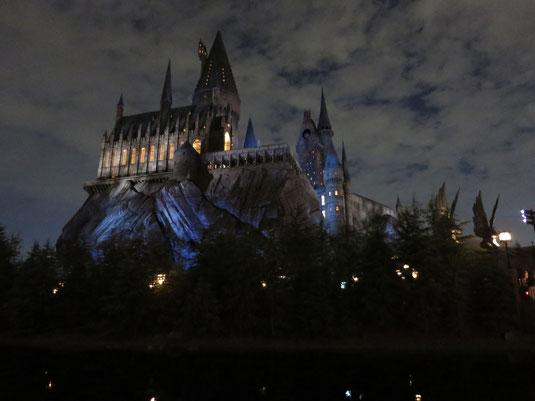 USJ(ユニバーサルスタジオジャパン)、ウィザーディング・ワールド・オブ・ハリーポッターのホグワーツ城の夕景写真