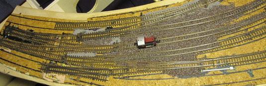 Einfahrt Süd im Bau mit Fahrversuchen. Weichen angetrieben durch Servos mit Herzstückpolarisierung.